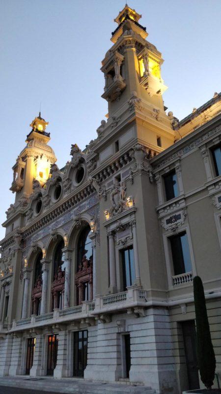 Vue arrière de l'opéra Garnier à Monaco