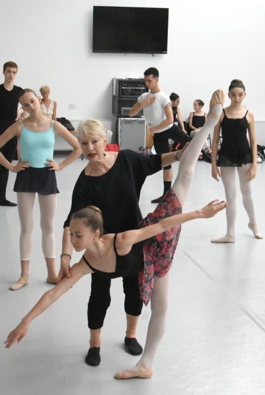 Arabesque penchées pendant le stage de danse classique Theilaïa