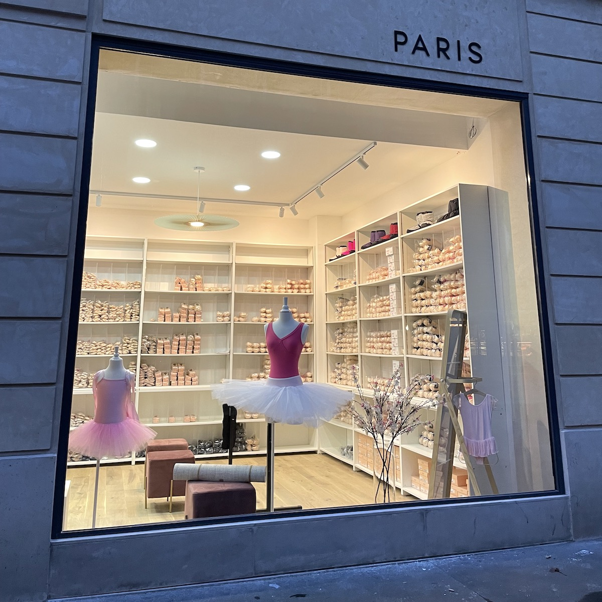 Vitrine de la boutique Attitude Diffusion à Paris
